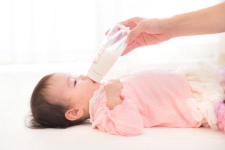 液体ミルクを飲む赤ちゃん