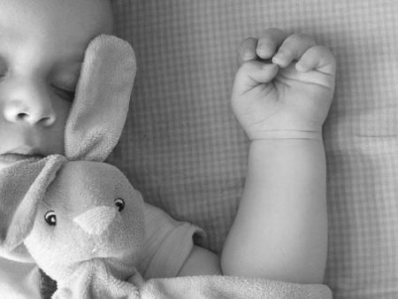 液体ミルクを飲んですやすや寝ている赤ちゃん