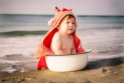 赤ちゃん用洗濯洗剤で洗ったローブをまとう赤ちゃん