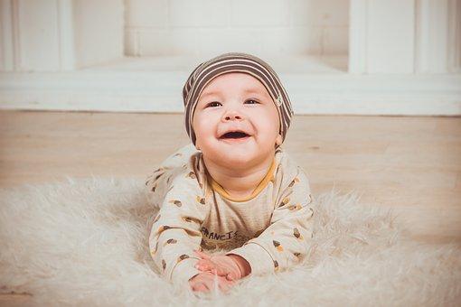 赤ちゃんが笑顔でママの顔を見ているところ